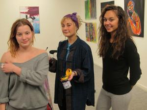 Konstdebutanter. Louise Juuri, Felicia Jäderberg och Isabelle Lennartsson (som gjort målningen till höger) ställer ut i Kulturkioskens Sideshow.