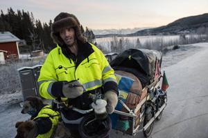 Med sin 100 kilo tunga vagn och sina tre hundar har 43-årige portugisen Paulo Teixeira fotvandrat genom Europa från Lissabon. På tisdagskvällen kom han till Domsjö. Målet är jultomtens by i nordfinska Rovaniemi.