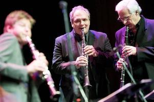Kappspel. Magnus Lindgren, Ken Peplowski och Hector Bingert tävlade om vem som kunde spela snabbast på klarinetten.
