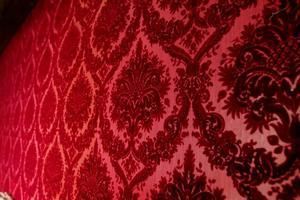 Den röda, mustiga originaltapeten finns kvar i förmaken till riddarsalen.
