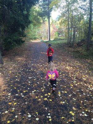 Leon och Noelle på väg till skogs denna underbara söndag i oktober.