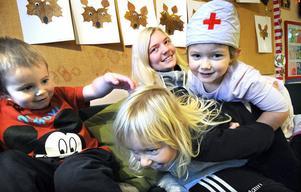 Malin Woxlin busar med barnen.