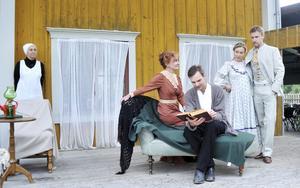 Helena Fernell, Berit Carlberg, Niclas Strand, Mia Poppe och Duncan Green lägger sista pusselbitarna på plats. Scenen är Wendela Hebbes hus.