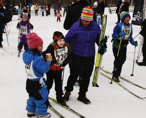 Lilla Vasaloppet lockade 110 deltagare på Sportlovets sista dag. Föräldrar, barn och far- och morföräldrar trängdes på upploppet.