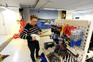 På lördag öppnar Marinteknik i Norrtälje en ny båtbutik och hela branschen börjar nu tro på en återhämtning. Maria Nikula håller som bäst på att plocka upp varor på hyllorna.