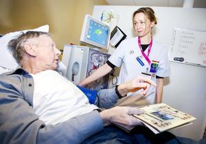 Eije Bjöörn har gått på dialys tre gånger i veckan sedan i september. Han hoppas att hustrun Anita ska få klartecken att ge en av sina njurar  till honom. Den här onsdagen får han hjälp av sjuksköterskan Johanna Spjuth.Fler bilder hittar du i bildspelet här nedanför!