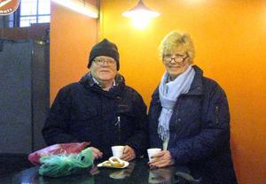 Lars-Erik Pehrzon från Erikshjälpen och Annika Östberg har slagit sig ner i ett kafé.