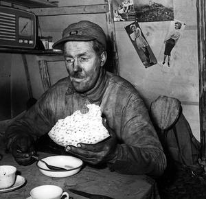FOTO: HANS LIDMANKolare Ruben Adolfsson har satt sig ner för att äta.