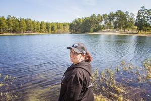 Ingela Dahlin i Storöringens fiskeklubb hoppas att färre gäddor ska gynna den utplanterade fisken i Vivstavarvstjärn.