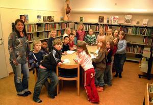 """250 000 av landets elever saknar tillgång till någon form av skolbibliotek eller bokrum på sin skola. Men på Kullstaskolan  i Hammarstrand finns det ett skolbibliotek, där den här bilden togs i mars 2007. """"Biblioteket är en viktig del av skolan som vi ständigt försöker värna om"""", säker Kullstaskolans rektor Robert Hedlund.Foto: Ingvar Ericsson"""