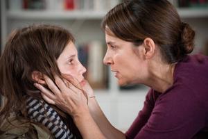 När det uppdagas att Isabelle lever dubbelliv som prostituerad blir hennes mamma upprörd. Men varför hennes dotter säljer sig till betydligt äldre män förblir oklart.    Foto: Triart
