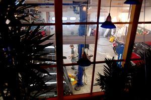 UTSIKT IN. Från kontoret på ovanvåningen kan man titta ned i verkstaden genom fönster som paret satt in.