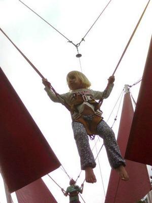Emma Andersson, nyligen fyllda 3 år, vågade sig på att hoppa högt under Västerås cityfestival. Har tidigare mest hoppat i sängen hemma. Detta var verkligen dagens höjdpunkt!