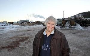Det här är min såg, säger Inger Åkerström och skrattar när hon kommer till sitt jobb som kranförare på Balungsstrands Sågverk i Övertänger.                          FOTO Curt Kvicker