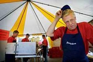 Foto: TERESE PERMAN Dåligt strömmingsflöde. Strömmingsburgarna är populära, men fisken är svårfångad just nu.- Jag drog upp 720 kilo häromdagen, det är bra efter omständigheterna, säger Lars Berglund som är ordförande i Gävlefisk.