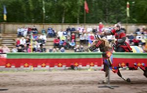 Skördade medaljer. Silver och brons blev årets skörd för Roger Svensson från Finnerödja i Tornerspels-SM. På den här bilden medverkar Roger Svensson i Hova riddarspel. ARKIVBILD.