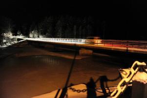 Här vid bron över Västerdalälven vid Fulunäs återfanns det avskurna sändarhalsbandet.