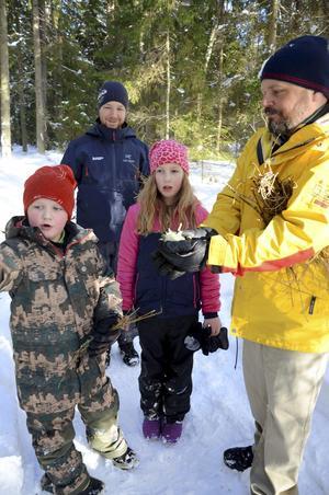 Alvin Karlsson och Emma Lindeus har tillsammans med föräldern Fredrik Lindeus och scoutledaren Thomas Vuotari samlat bränsle till elden.