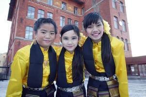 Minna Andersson, Elin Gudmundsson och Cilla Boonma tyckte det var jättekul att klä upp sig i traditionella dräkter och dansa thailändska danser. De hade tränat i två månader.