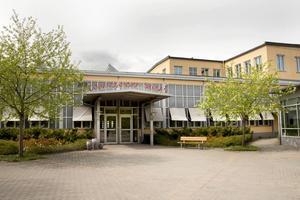 Här, på Göranssonska skolan, hoppas 94 elever att just de skulle komma in på en av de 66 platserna höstterminen 2016. I hela landet har förstaårseleverna minskat från 2051 elever till 1422 de senaste fem åren.