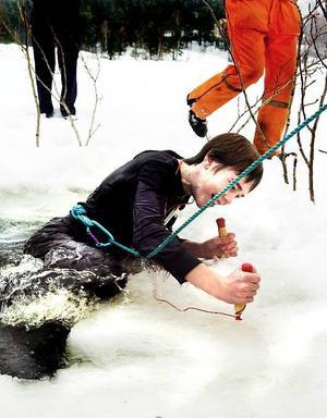 Iskall kille. Tim Borglund, 13, hade inga problem med att ta sig upp ur vaken med hjälp av isdubbar. Nu har han kommit en bit på vägen mot Svenska livräddningssällskapet märke Guldisbjörnen.