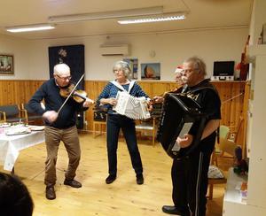 Lilian Klingbjer and all her stars spelade jullåtar som deltagarna gärna sjöng med i. Foto: Karin Haxner