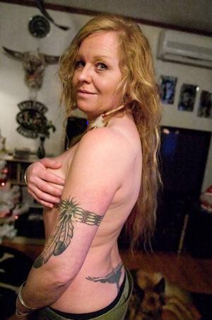 Namn: Mirlinda B.Yrke: Ska bli piercare. Går som lärling hos Faffa på Man's ruin.Om sin tatuering: Min hand- och armtatuering påbörjades i somras och den är inte klar än. Jag hittade mönstret, som är hennainspirerat, på nätet och gjorde om det för att det skulle passa mig. Jag har alltid tyckt att det varit snyggt med tatuerade händer, men det är ganska svårt att få färgen att sitta eftersom man rör händerna hela tiden. Att smycka kroppen har för mig blivit större och större. Jag känner mig halvklädd utan mina piercingar och smycken.