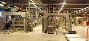 Den 11 000 kvadratmeter stora och toppfräscha golvfabriksbyggnaden i Bräcke töms nu på allt sitt innehåll. Foto: Ingvar Ericsson