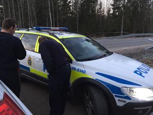 På tisdagsmorgonen stod polispatruller kvar på platsen som spärrats av dagen innan.
