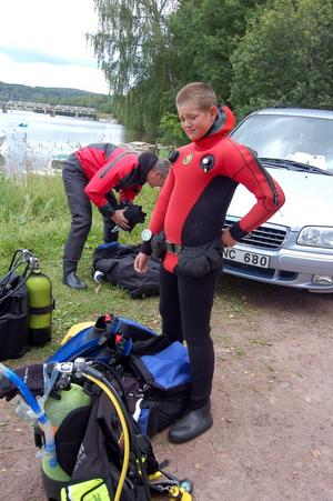 Redo för ett dopp. Tim Sjöholm gör sig redo för en tipspromenad under Dalälvens vatten. Foto:Linnea Kallberg