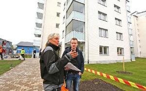 Områdesvärden Carina Lundin från Tunabyggen hälsar hyresgästerna välkomna till Lisselhagen i Borlänge. Oskar Davidsson flyttar in. Foto: Johnny Fredborg