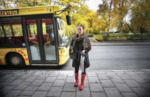 Sara Håkansdotter från Lugnvik åkte buss varje dag tidigare. Nu har hon tröttnat på grund av biljettstrulet. – På deras hemsida står att det är både billigt och bekvämt. Jag tycker det är varken eller, säger Sara.