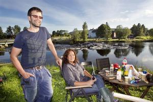 – Sedan millennieskiftet har vi nog fiskat varje år, trodde Peter och Anette med det passande namnet Åström, som fått en lott alldeles intill det strömmande vattenfallet i Vadeån.