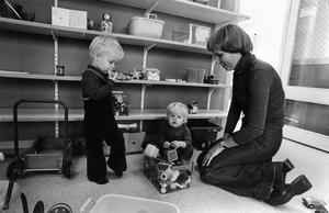 Än så länge är det ganska tomt på hyllorna bakom Johnny, två år, Camilla, ett år, och Anette Lindkvist, men livet i förskolan fungerar bra ändå.