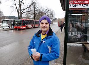 Erik Lönroth i Piratpartiet tycker att kollektivtrafiken borde vara gratis.
