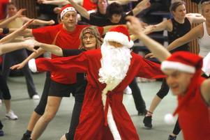 Vem har sagt att en tomte ska vara tjock? Friskis & Svettis juljympa lockar fler för varje år.