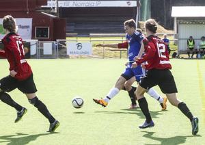 Jonas Lööw Ohlson i ett anfallsförsök för Norrala. Forsas Jonathan Koskinen jagar tätt efter.