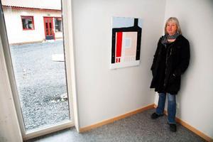 """Elisabet All invid sin akrylmålning """"Fönstret"""" som hon inspirerats av från sin bostad i stan."""