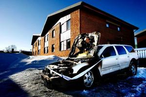 En Volvo V 70 brandskadades natten mot tisdag, men det är för tidigt att säga att det är frågan om en anlagd brand. Foto henrik Flygare