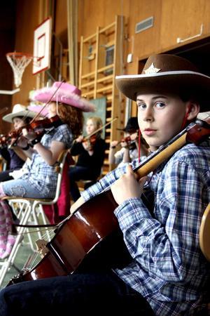 William Rågstad var enda pojken då orkestern Gyllene stråken spelade på Lillhedens skola. Cowboyhatten kom väl till pass då det som framfördes var ett musikaliskt äventyr om Pappa Cowboy.