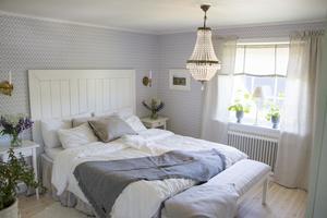 ... är det numera sovrum. De har byggt sänggavlen själva och sytt sängöverdraget.