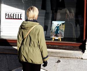 Marie Eriksson tittar och gillar Margot Jonssons målning av en kvinna som stormar fram, uppklädd till tusen.