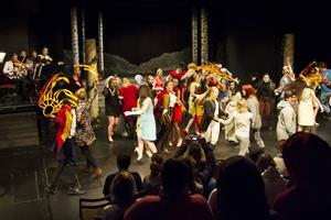 Föreställningen Olof och Ragnella framfördes i Bergvallhallen och är en engelsk folksaga omarbetad av dramaläraren Mona Elmström.