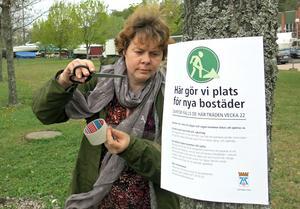 Frida Nordlundh som är landskapsarkitekt informerar boende och besökare så de inte ska bli tagna på sängen när träden börjar fällas om två veckor.