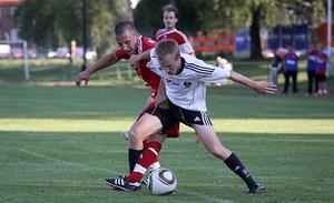 Rasmus Liljebäck i kamp med en BK 30-spelare. Foto: Mikael Stenkvist
