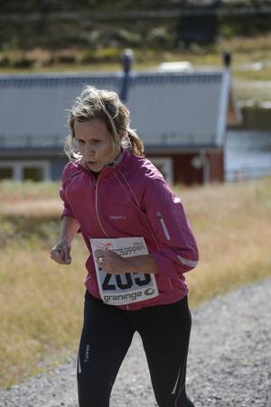 Anna-Lena Andersson från Hedemora kämpar på mot målet och segern på fem km banan.