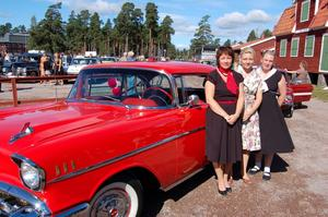 Först i kön. Med nummerlappen 1 gasade Monica Andersson, Anna-Karin Andersson och Caroline Sundstedt iväg i en Chevrolet Bel Air -57. Foto:Linnea Kallberg