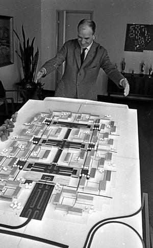 47 år sedan. Oxhagen, byggmodell. Arkitekten förevisar.