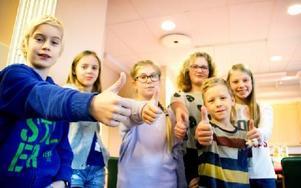Östra skolan elevråd gör tummen upp för sexornas betyg vid nationella provet i år. Foto: Sofie Lind