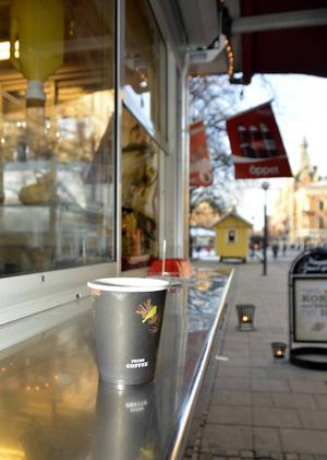 Köper någon en kopp kaffe för 34 kronor så skänker företaget ett paket kaffe till en välgörenhetsorganisation.